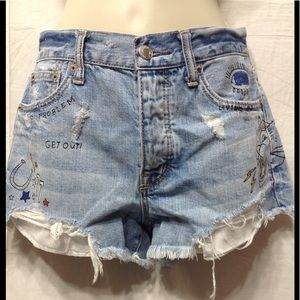 Wom sz 4 AMERICAN EAGLE graffiti distressed short